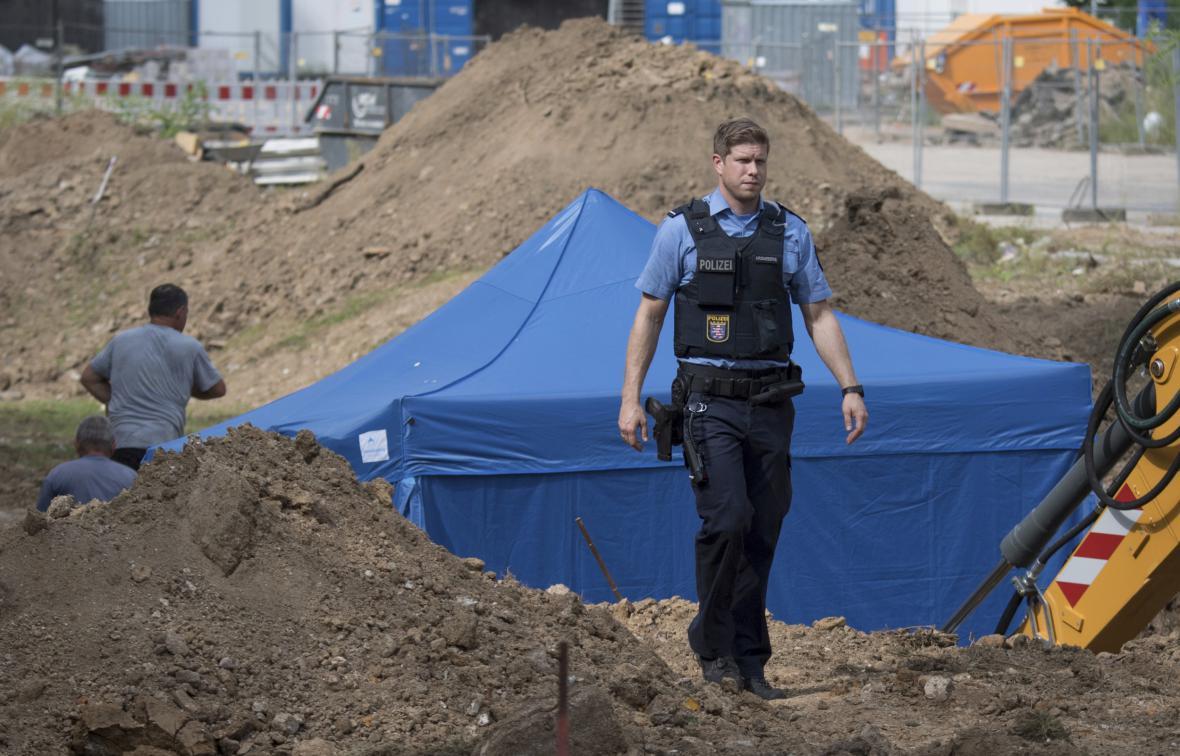 Policista hlídá nevybuchlou leteckou pumu ve Frankfurtu nad Mohanem