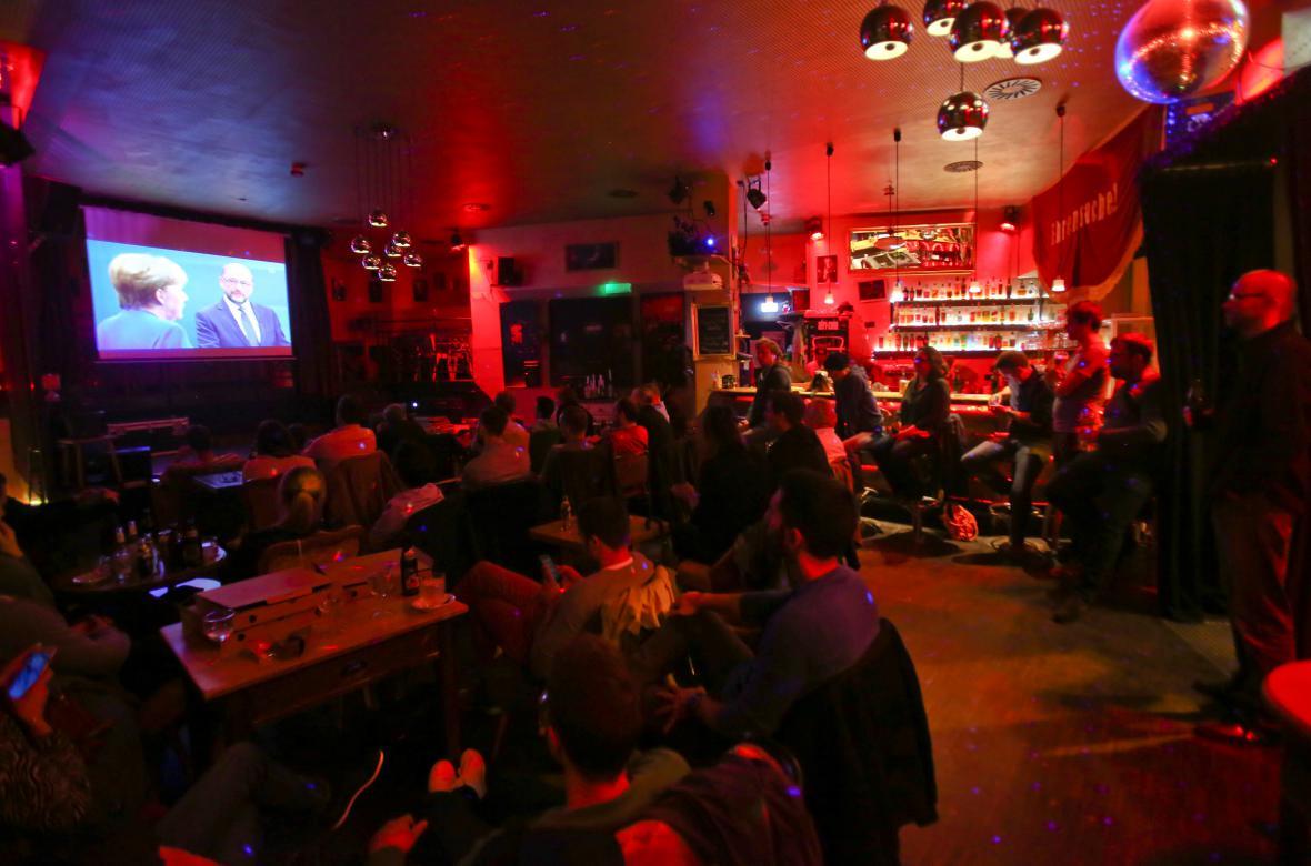Berlínský bar sleduje debatu Schulze s Merkelovou