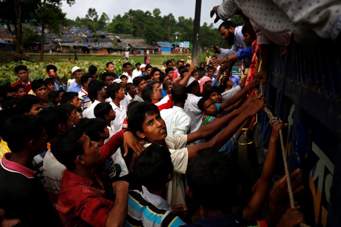Rohingové čekají v Bangladéši na příděly pomoci