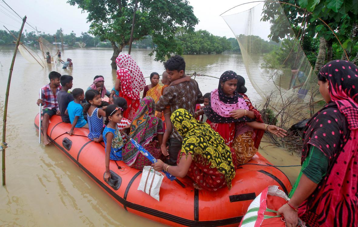 Záchrana lidí uvízlých v indické Agartalem