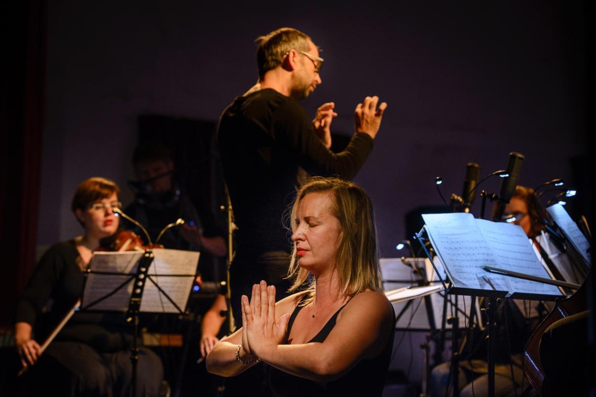 Orchestr BERG hraje skladbu Joga