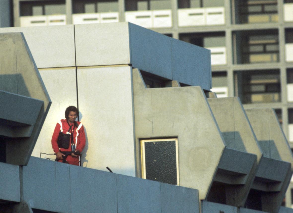 Německý policista v přestrojení za sportovce na střeše mnichovského komplexu