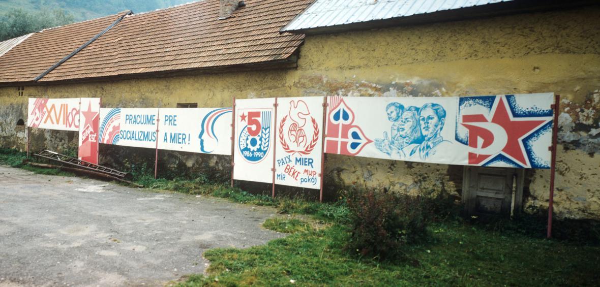 Agitační nápisy na fotografii Zuzany Mináčové