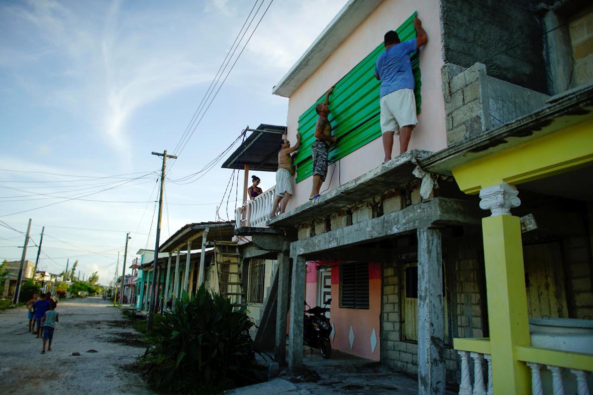 Lidé na Kubě se připravují na příchod hurikánu
