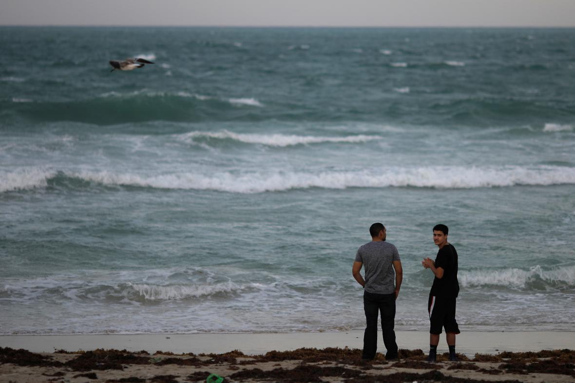 Lidé pozorují obzor u Miami Beach