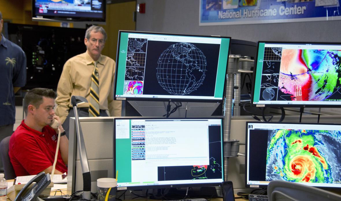 Odborníci v Národním centru pro hurikány vyhodnocují postup Irmy