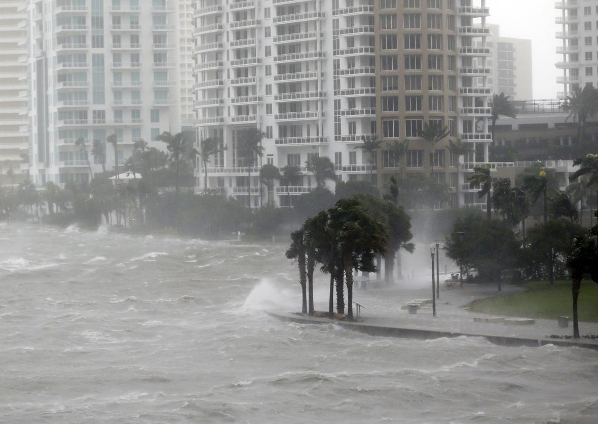 Vzedmuté moře proniká řekou do ulic Miami