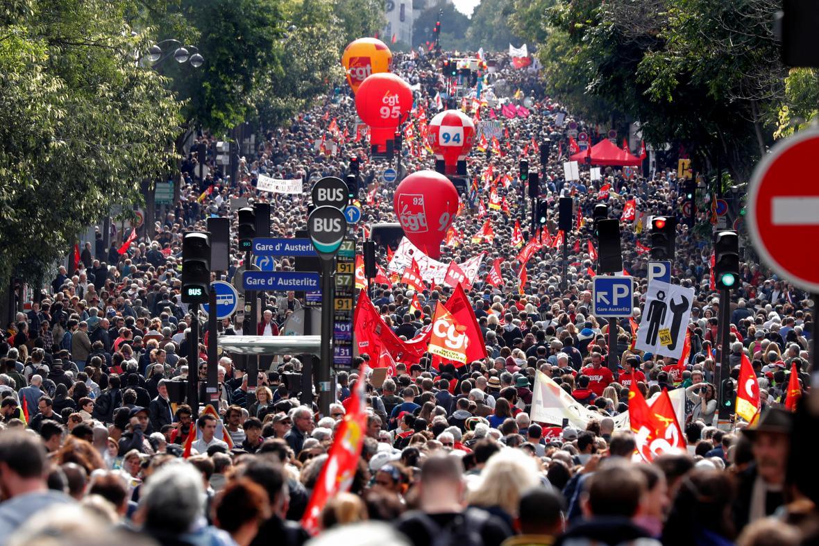 Průvod demonstrantů v Paříži
