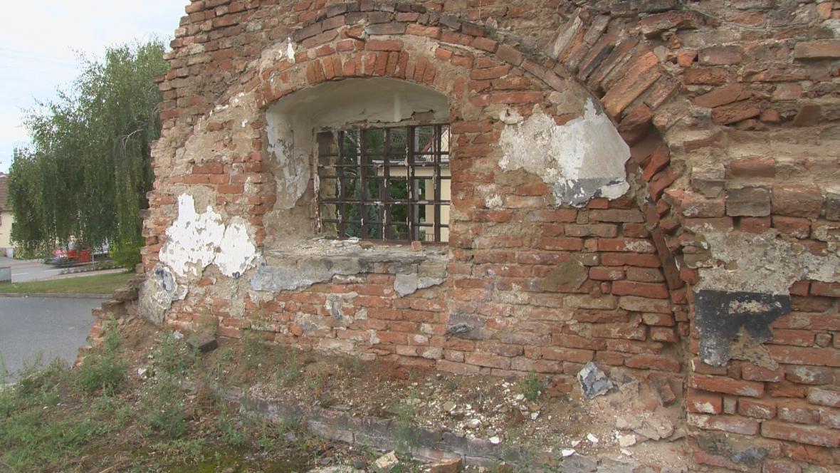 Ze statku zbyly jen obvodové zdi