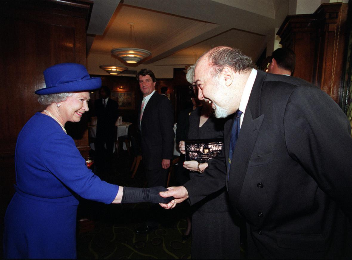 Režisér Peter Hall s královnou Alžbětou II.