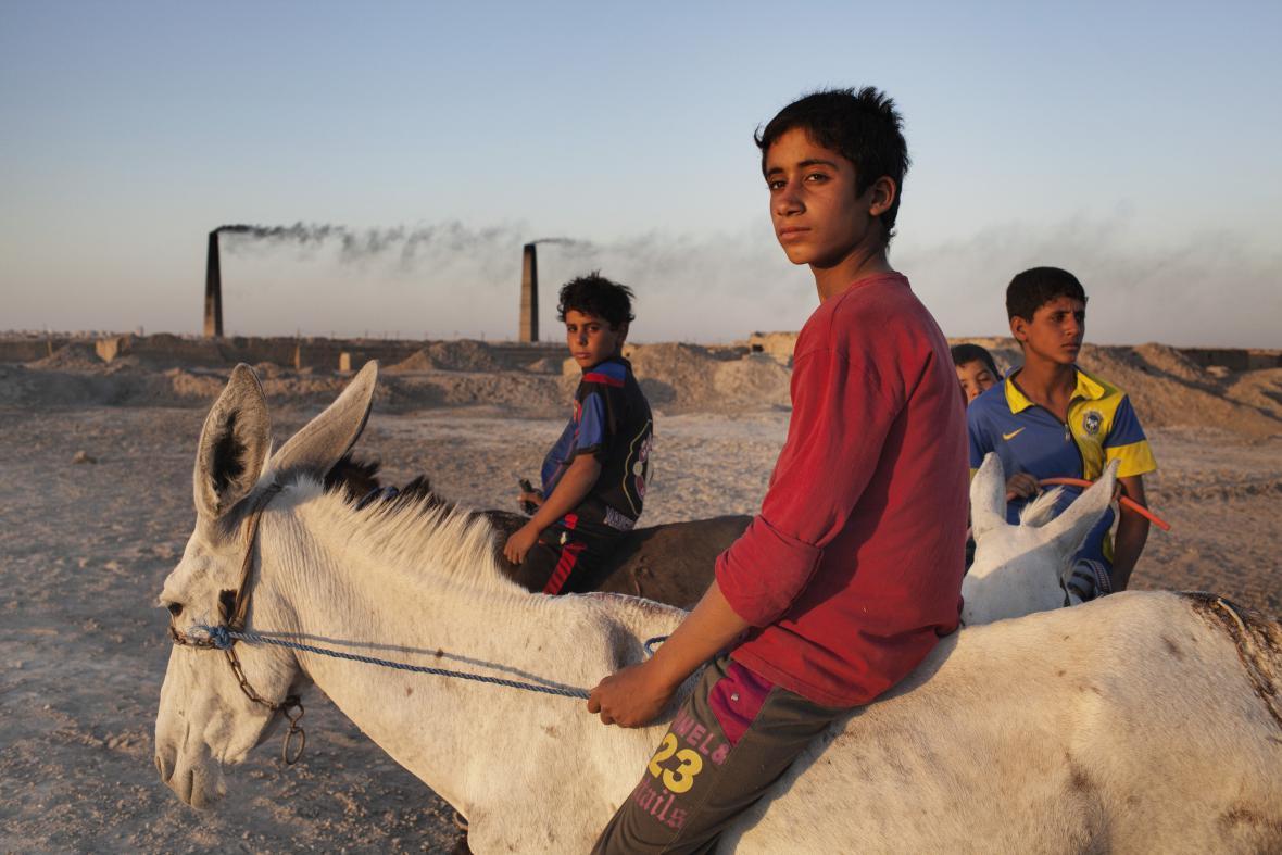 Ali Arkady / Děti pracující v silně znečištěné cihelně (24. 7. 2013, Nadžaf, Irák)