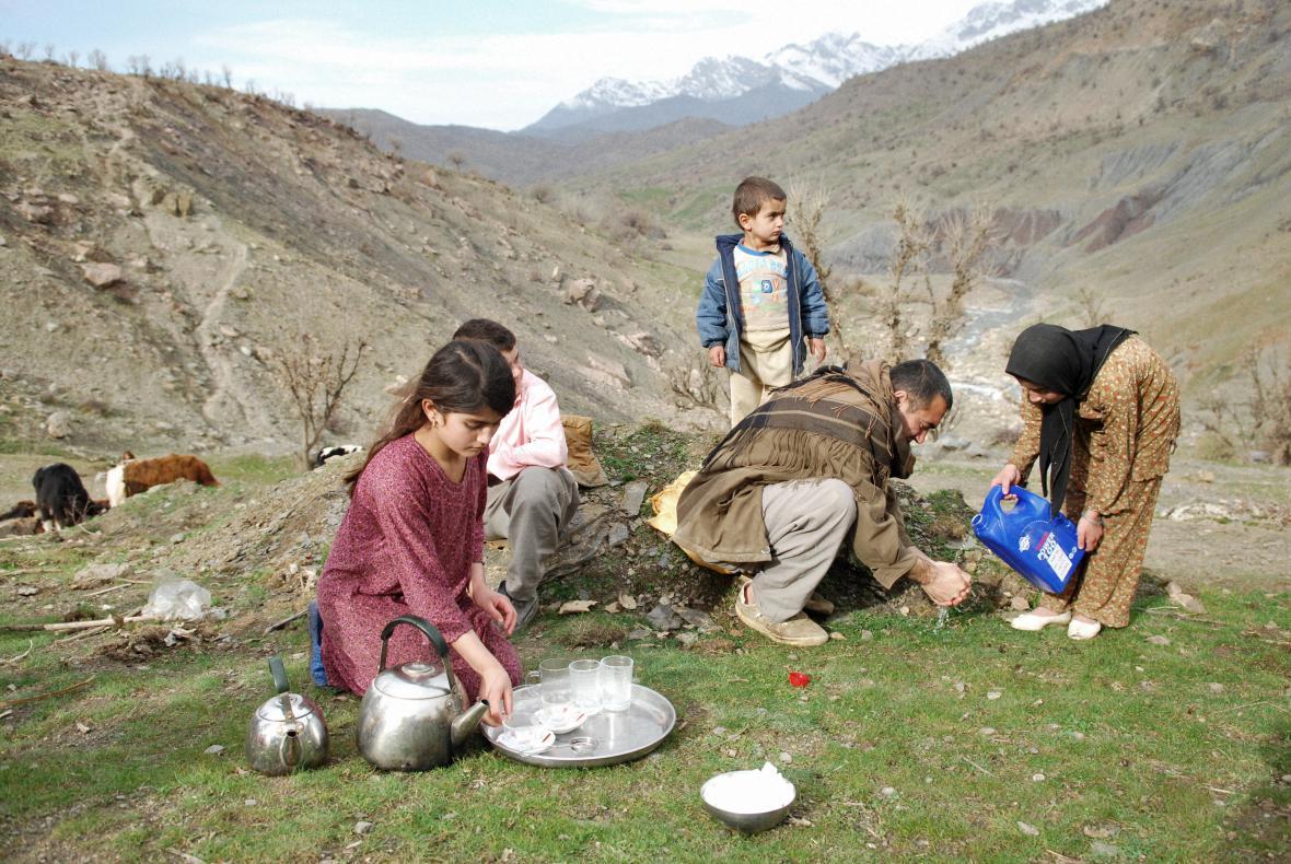 Aram Karim / Rodina z vesnice připravuje piknik (25. 12. 2009, vesnice Sune, irácký Kurdistán, irácko-íránská hranice)