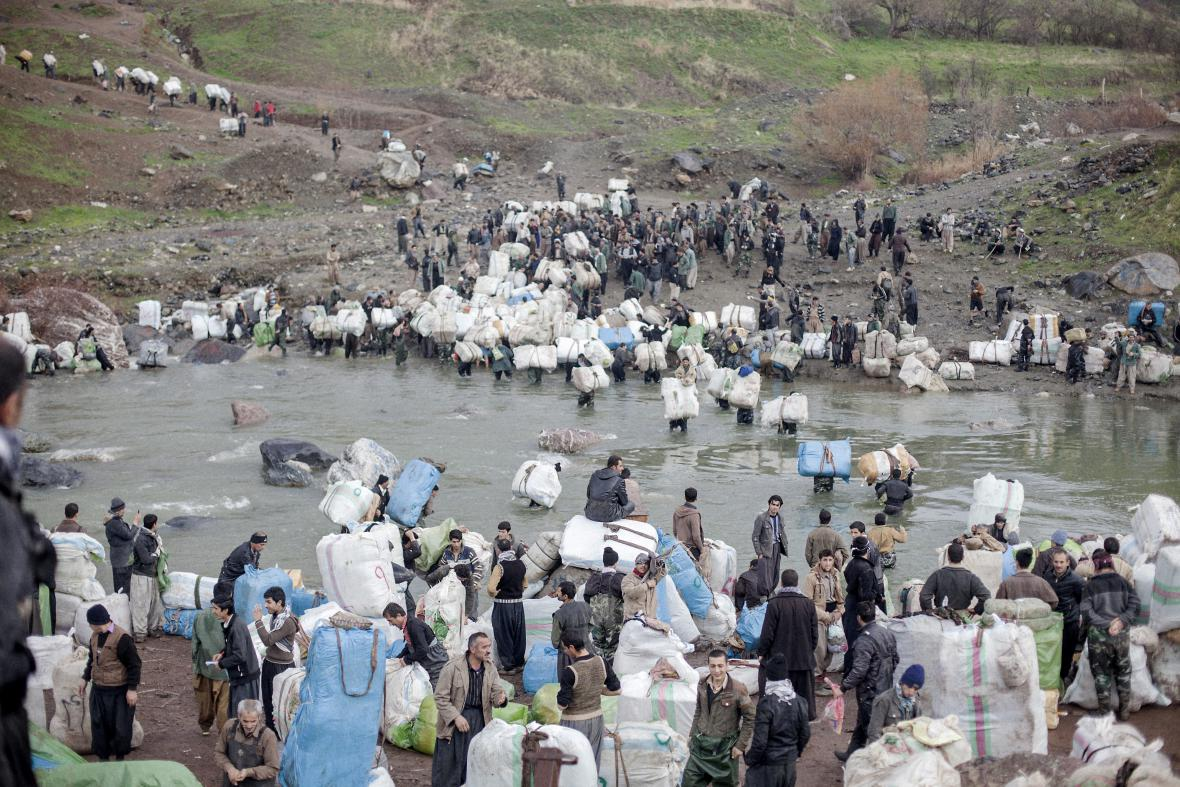 Aram Karim / Pašeráci přechází přes řeku Šabaddin