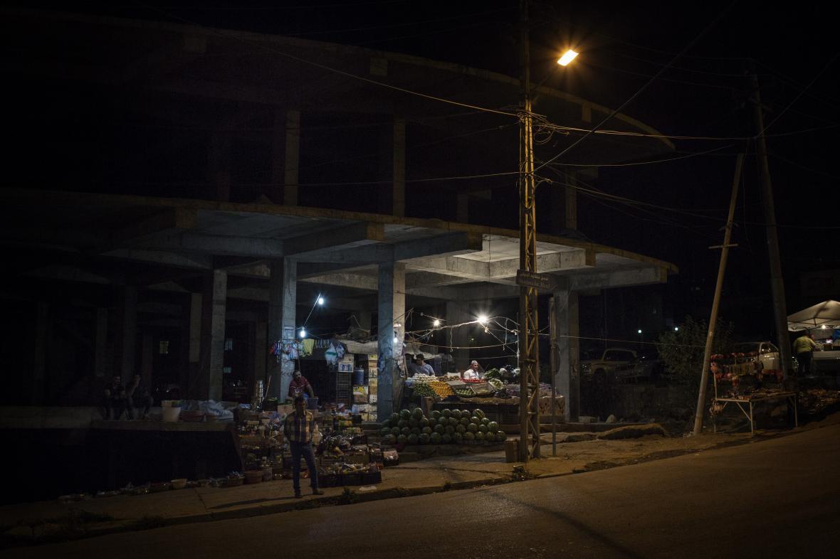 Dario Bosio / Čtyřiatřicetiletý Tahrir z Fallúdži si otevřel improvizovaný stánek v nedostavěném domě v centru Šaklavy a prodává tu ovoce a zeleninu )28. 8. 2015, Šaklava, Irák)