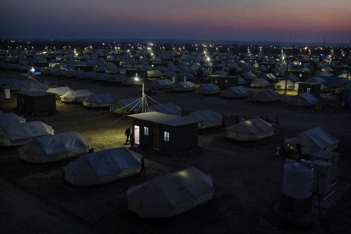 Hawre Khalid / Noční pohled na tábor vnitřně vysídlených. Tábor Lajlan leží 20 km jižně od Kirkúku. Tábor postavil Úřad vysokého komisaře OSN pro uprchlíky a obec Kirkúk. Čítá na 1500 stanů a žije v něm přibližně 8450 lidí. (22. 1. 2015, Kirkúk, Irák)