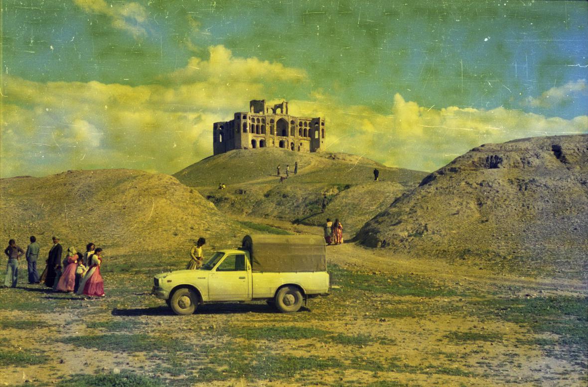 Twana Abdullah / Turisté u zříceniny citadely Šerwana u města Kalar (1980, Kalar, Irák)