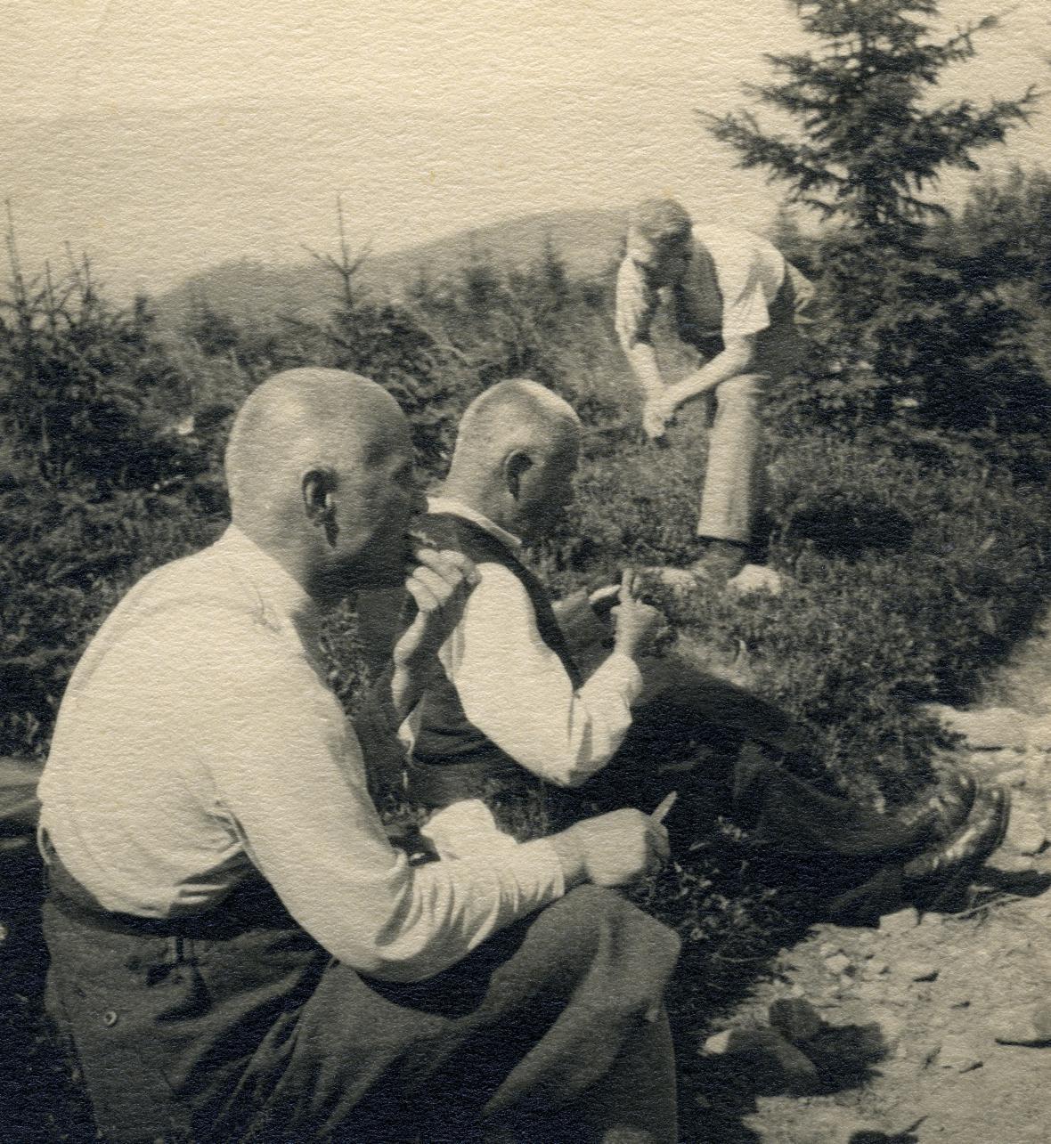 Petr Bezruč na výletě s přáteli