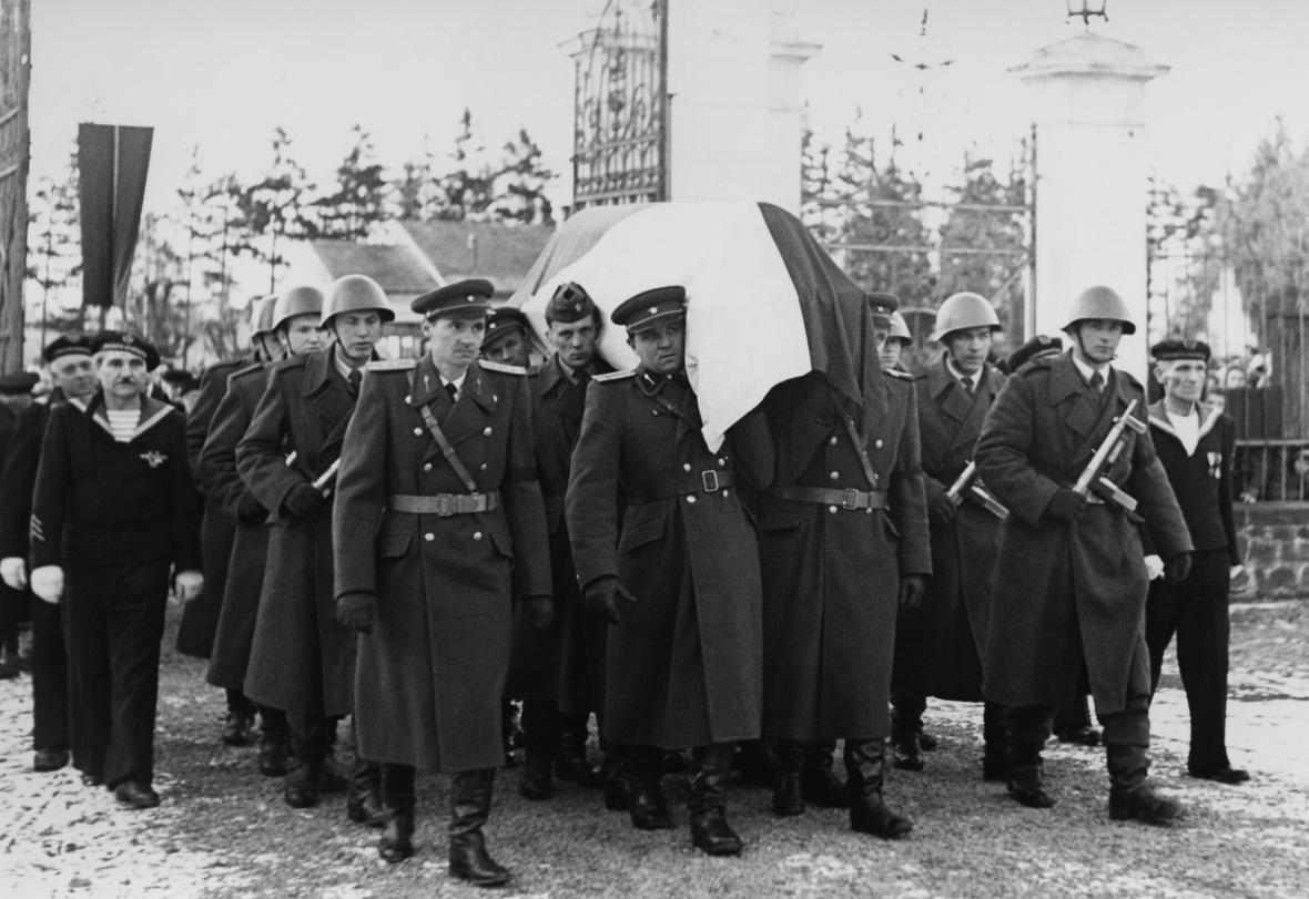 Pohřeb Petra Bezruče, vstup do brány městského hřbitova v Opavě