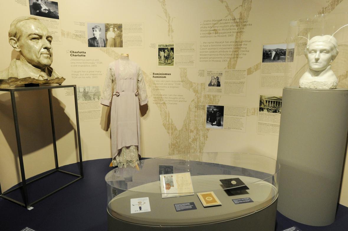 Expozice věnovaná vztahu TGM s jeho ženou Charlotte, v pozadí společenské šaty Masarykové