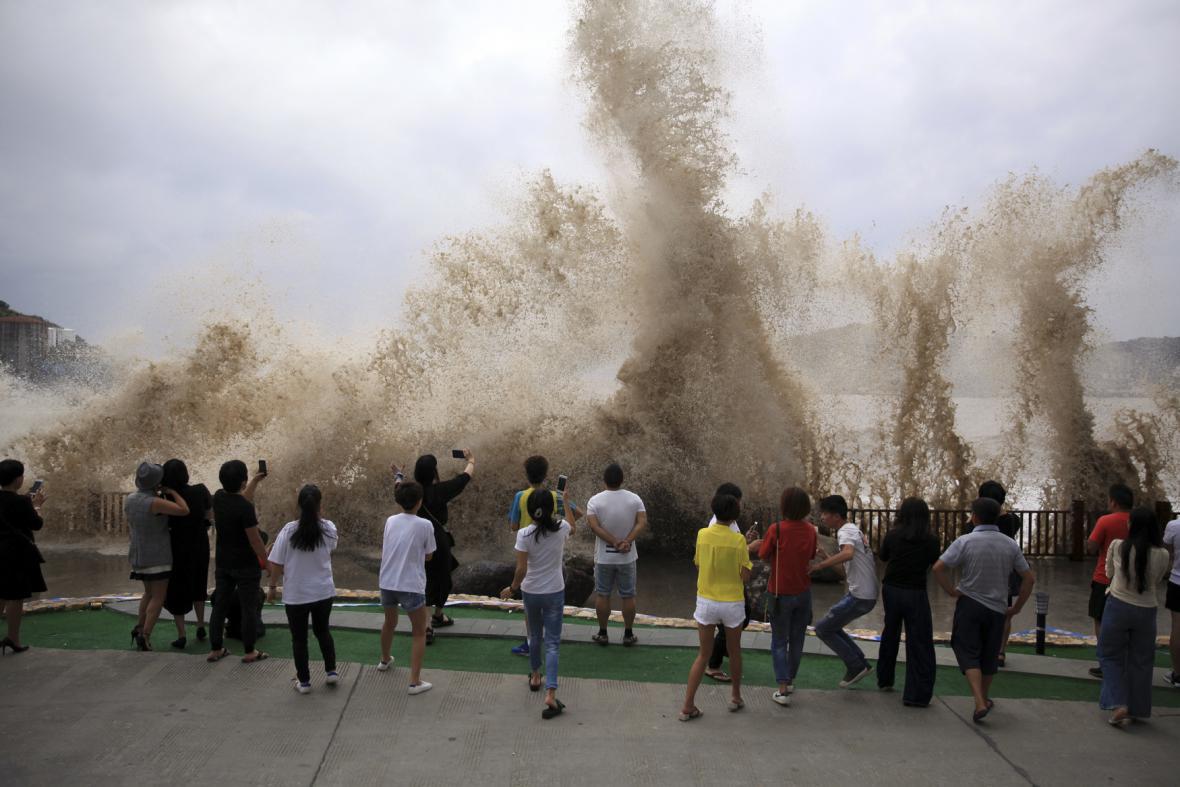 Číňané sledují obří vlny způsobené tajfunem