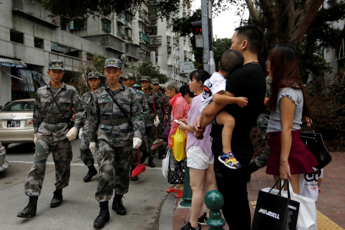 S úklidem trosek pomáhá v Macau armáda