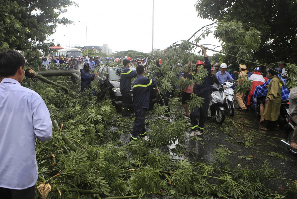 Vietnamci odklízejí trosky