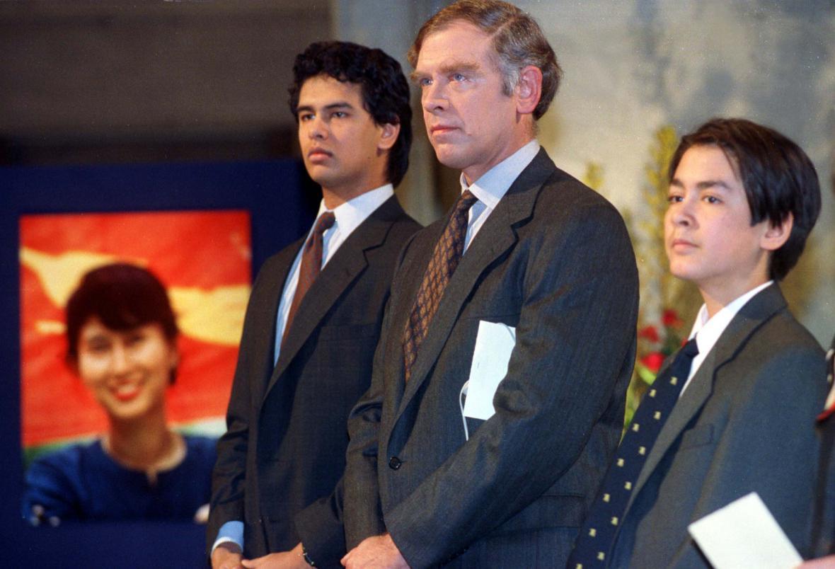 Manžel Su Ťij a jejich dva synové na slavnostním ceremoniálu předávání Nobelových cen v roce 1991 v Oslu