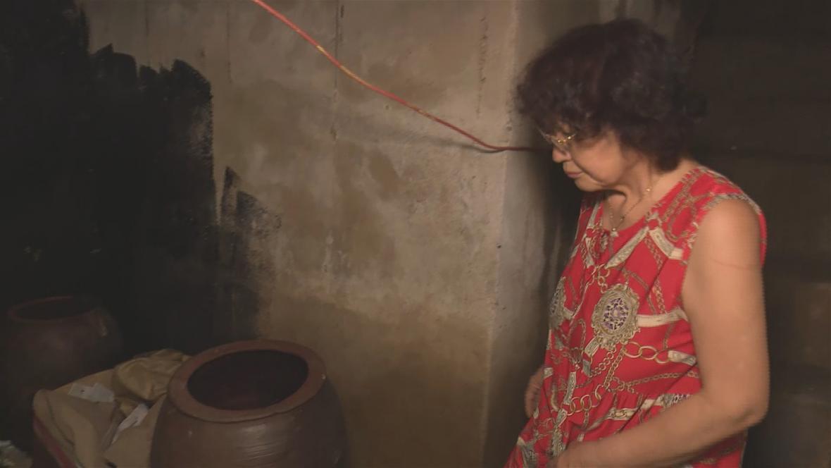 Li Sun-ä ukazuje štábu ČT svůj bunkr