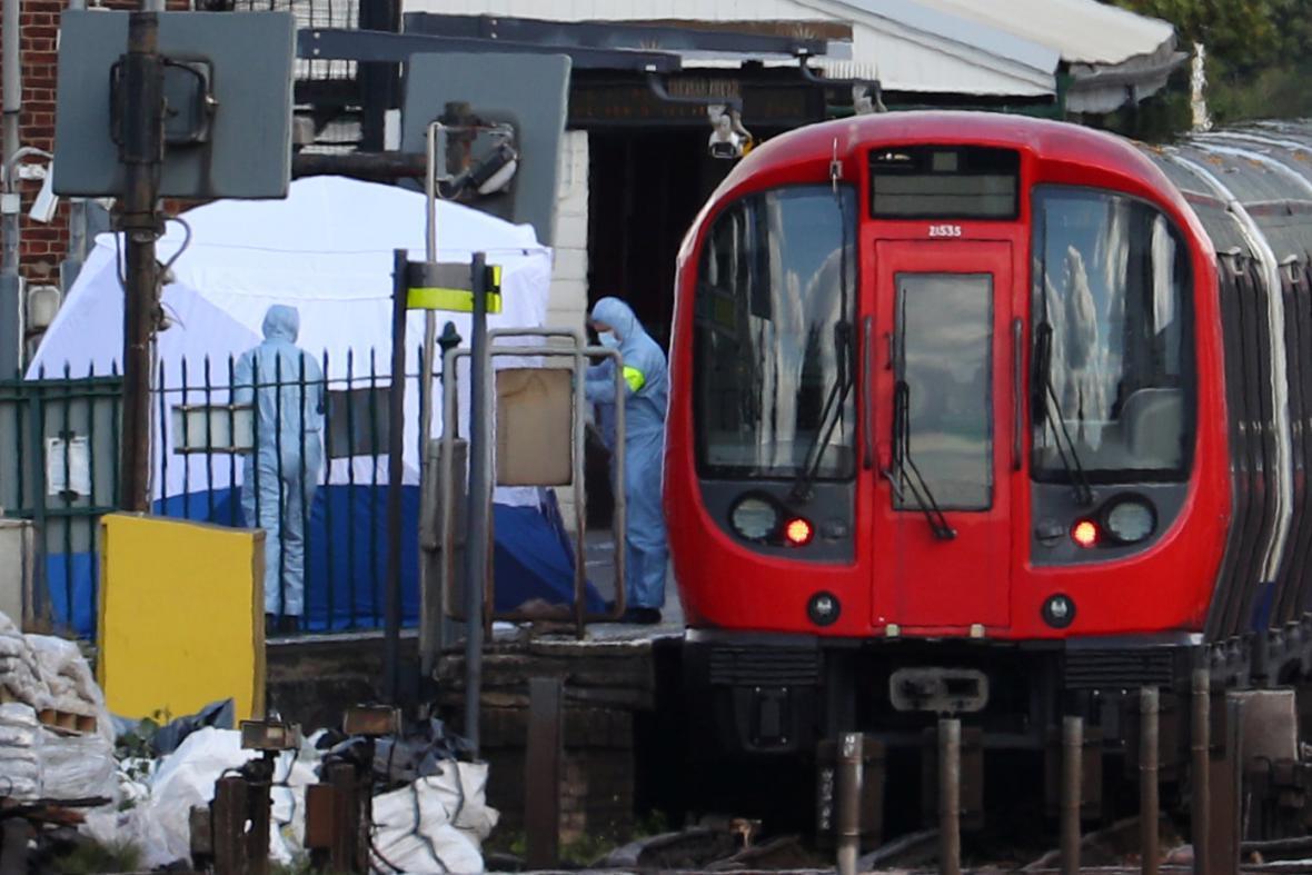 Vyšetřovatelé zajišťují důkazy ve vagonu metra