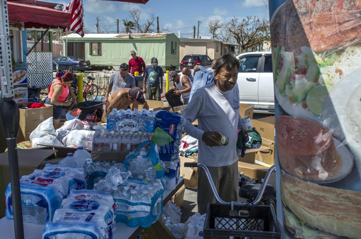 Voda a oblečení pro obyvatele Cayo Maratonu na jihu Floridy