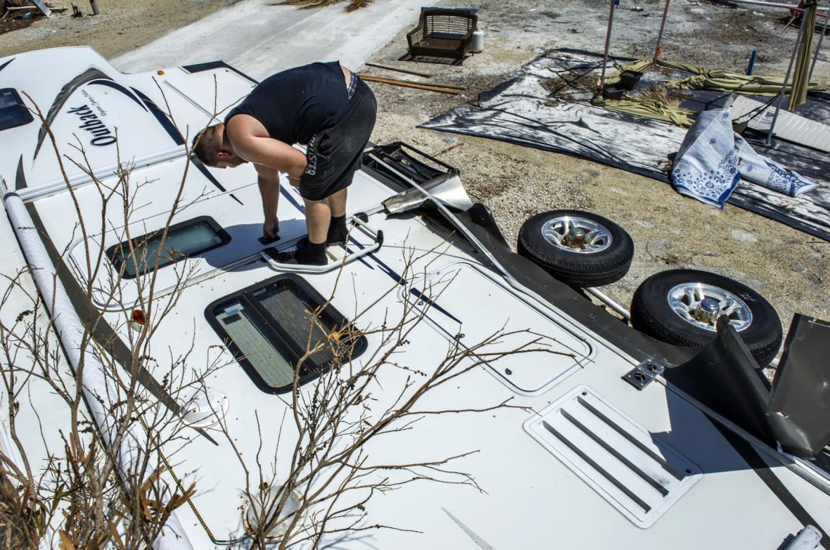 Lidé na Floridě obstarávají své věci po hurikánu