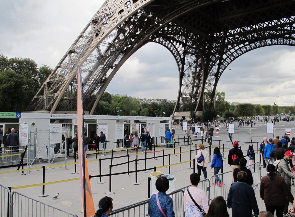 Turisté u Eiffelovy věže