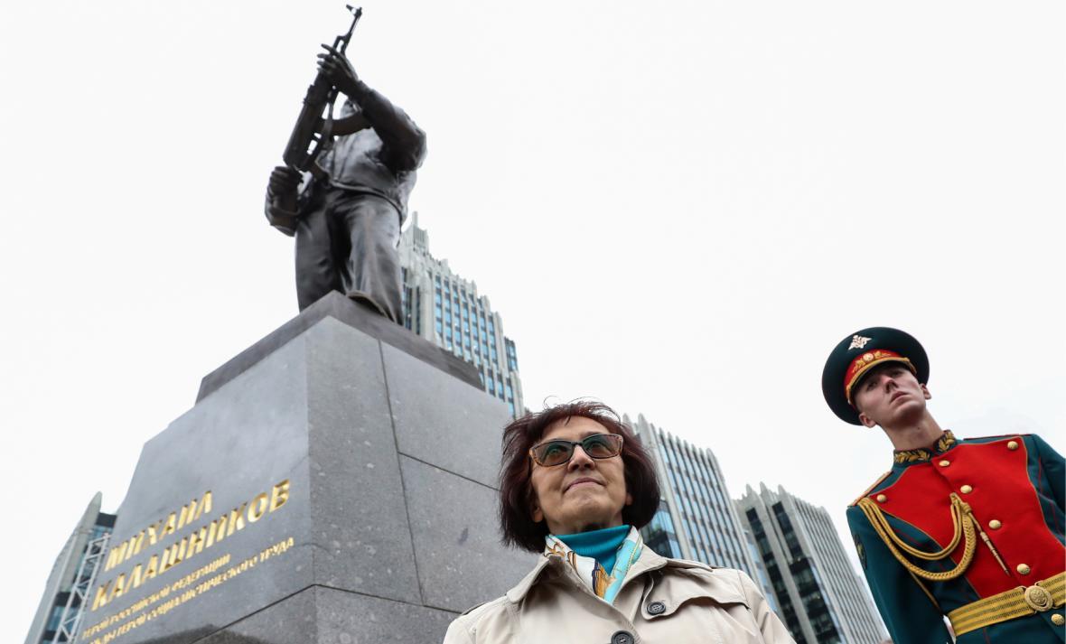 Dcera Michaila Kalašnikova Jelena na slavnostním odhalení památnku
