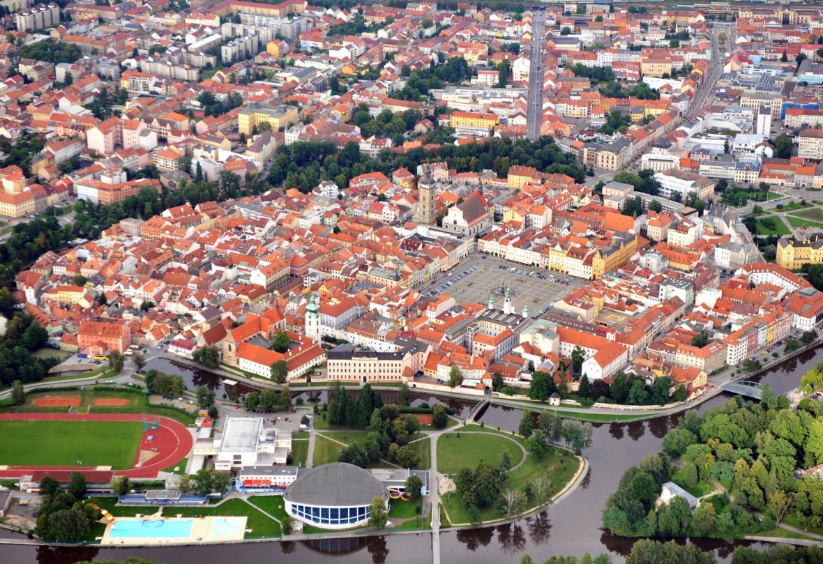 Letecký pohled na České Budějovice, plavecký stadion dole uprostřed