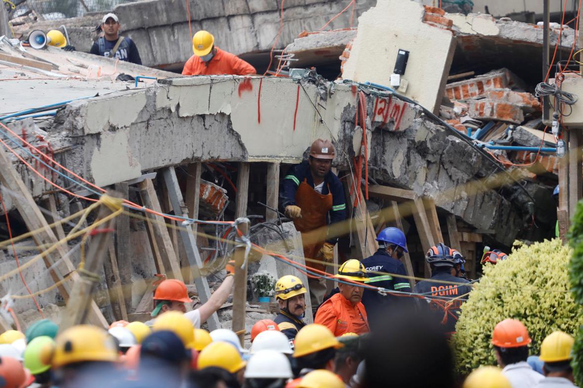 V Mexiku pokračuje prohledávání trosek