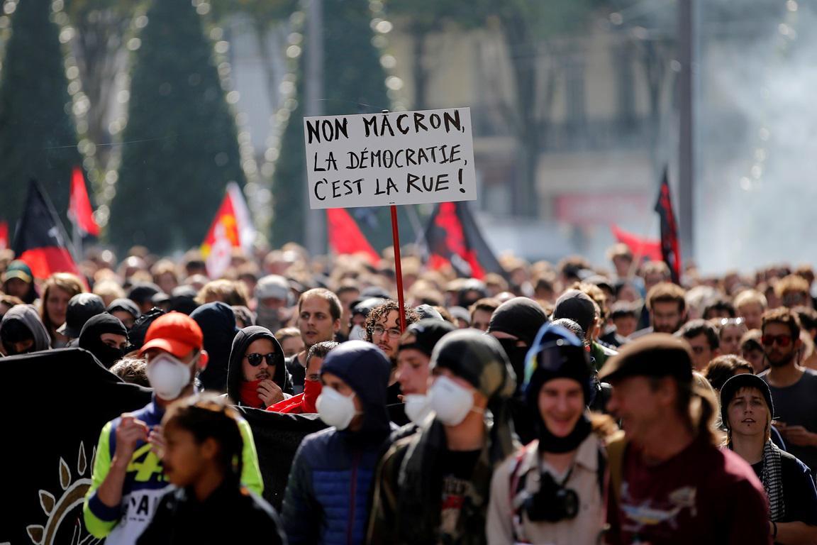 Protivládní demonstrace ve Francii