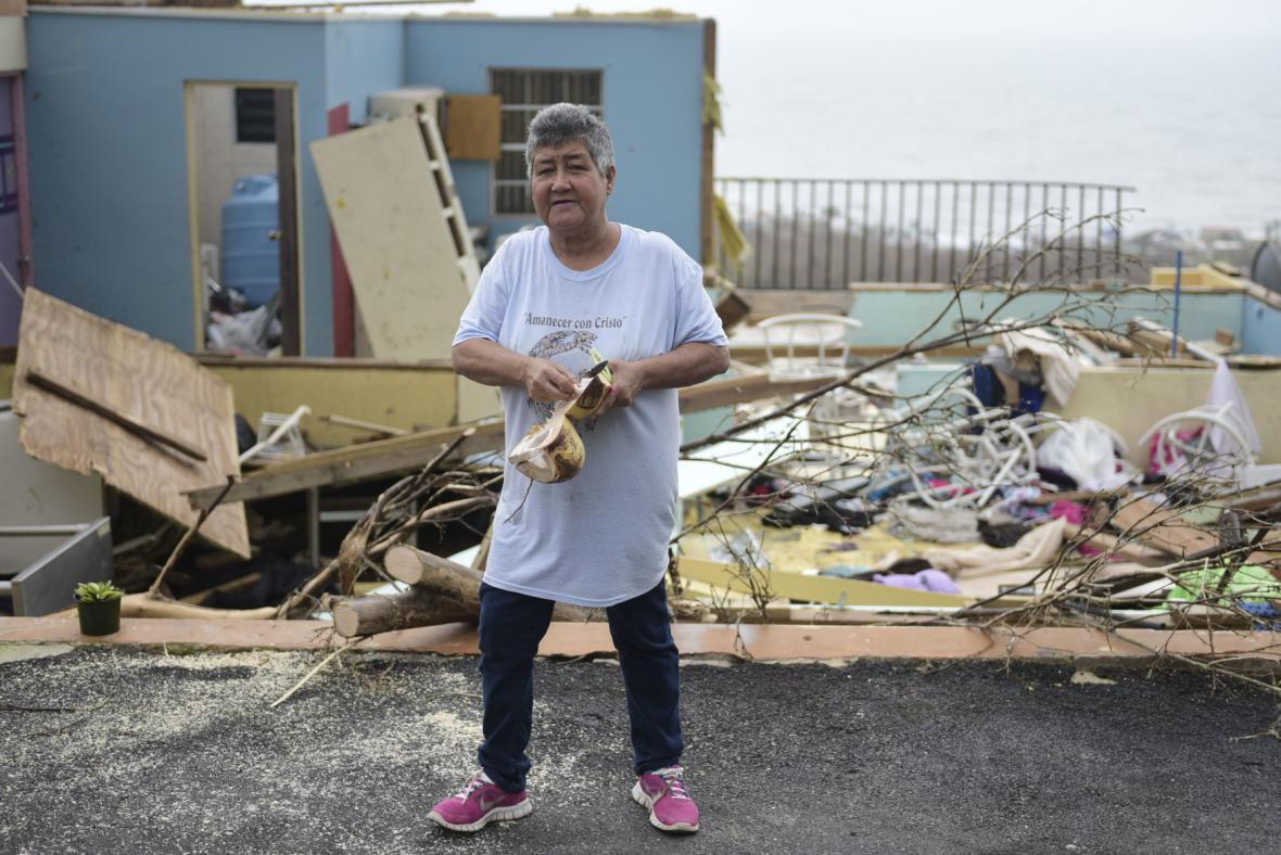 Žena před troskami domu svých dcer na Portoriku