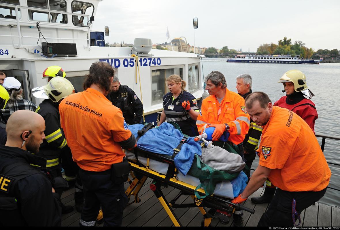 Zásah záchranářů kvůli muži ve Vltavě