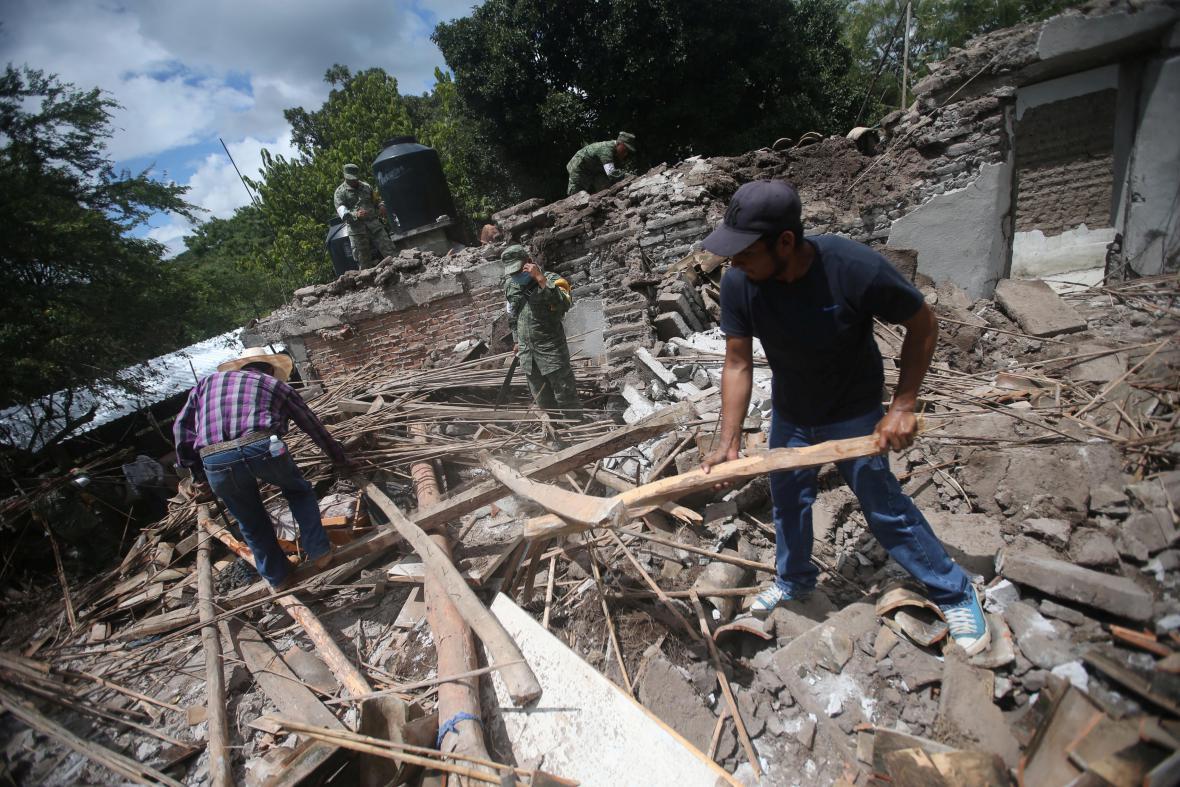 Vojáci i místní odklízejí trosky domů