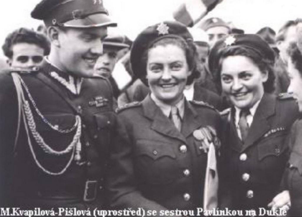 Marie Kvapilová (uprostřed) se sestrou na Dukle v roce 1944