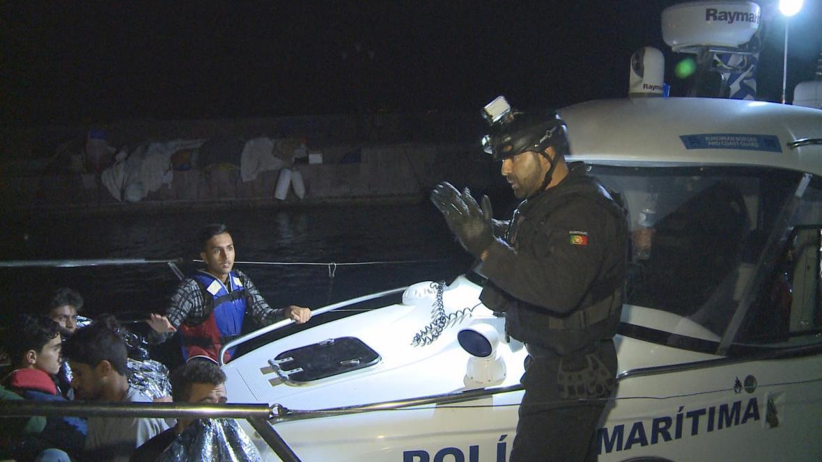 Portugalští policisté během natačení ČT objevili člun s 35 lidmi