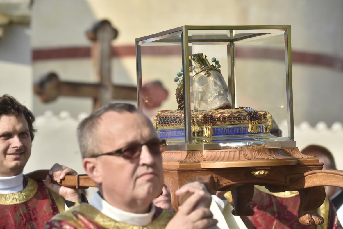 Duchovní nesou lebku svatého Václava při Národní svatováclavské pouti ve Staré Boleslavi