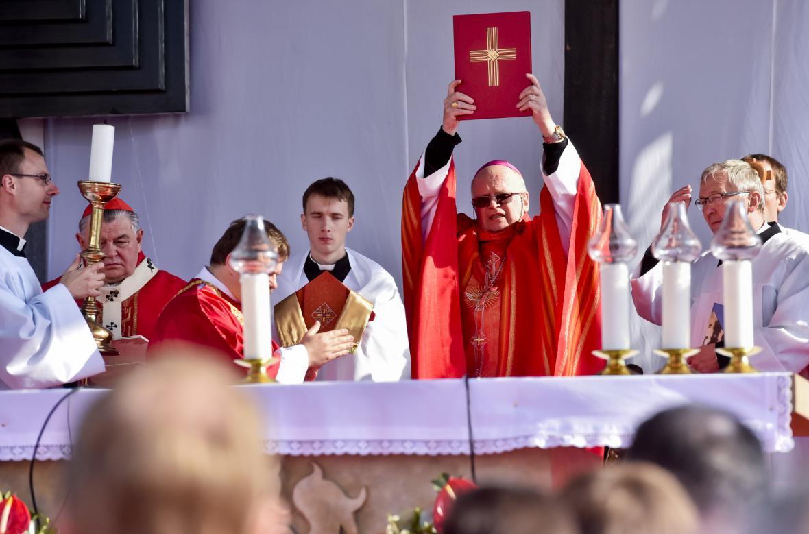 Biskup František Václav Lobkowicz slouží mši na Národní svatováclavské pouti