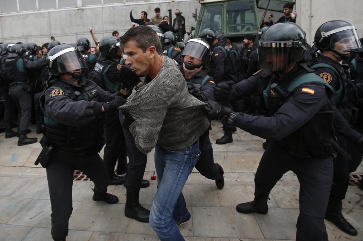Policie brání v hlasování lidem poblíž Girony, kde měl hlasovat i Carles Puigdemont