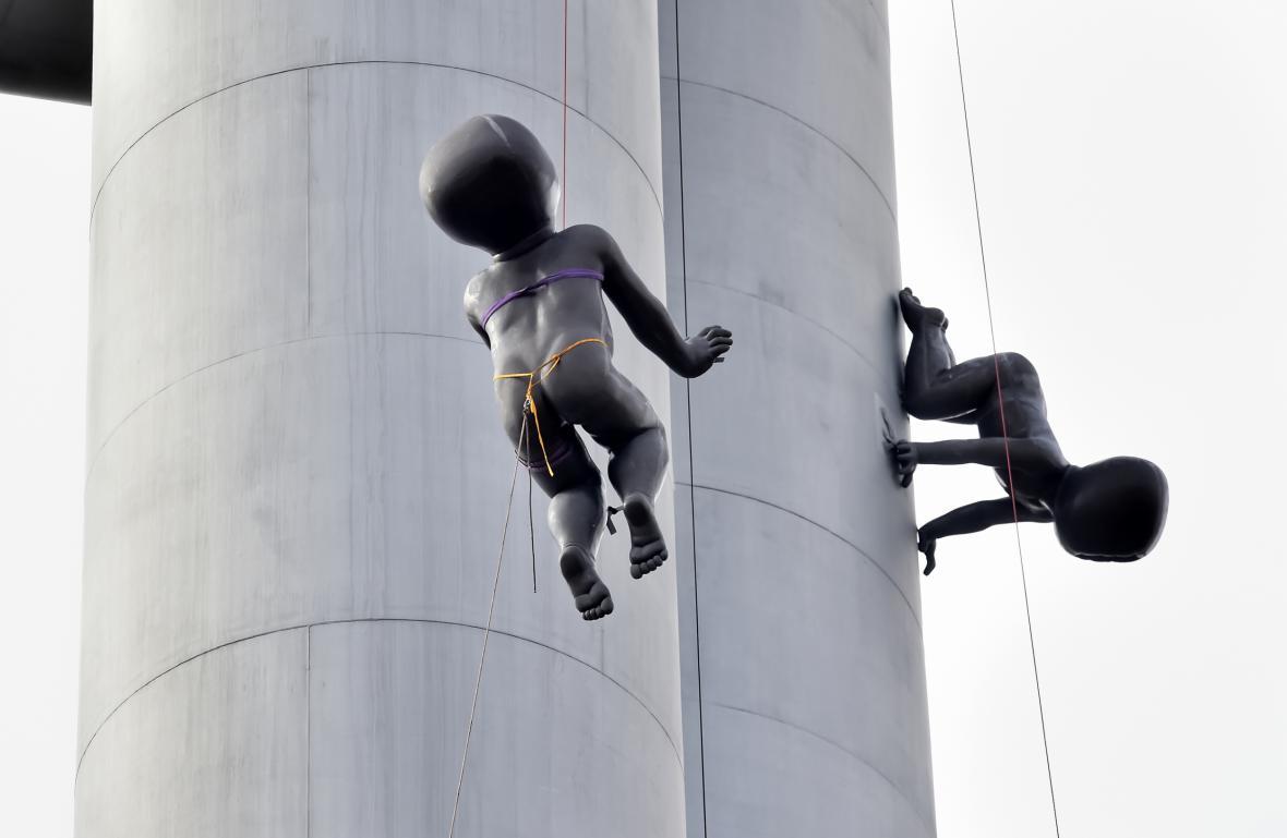 Sundavání soch mimin z Žižkovské věže