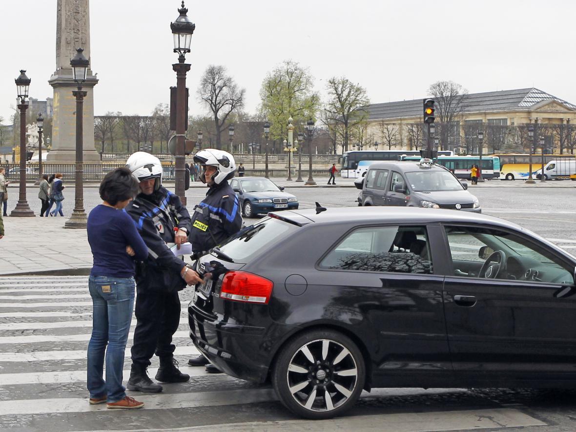 V Paříži mohou v době smogu vyjet jen auta s lichou, nebo sudou značkou. Dodržování kontroluje policie (17.3.2014)
