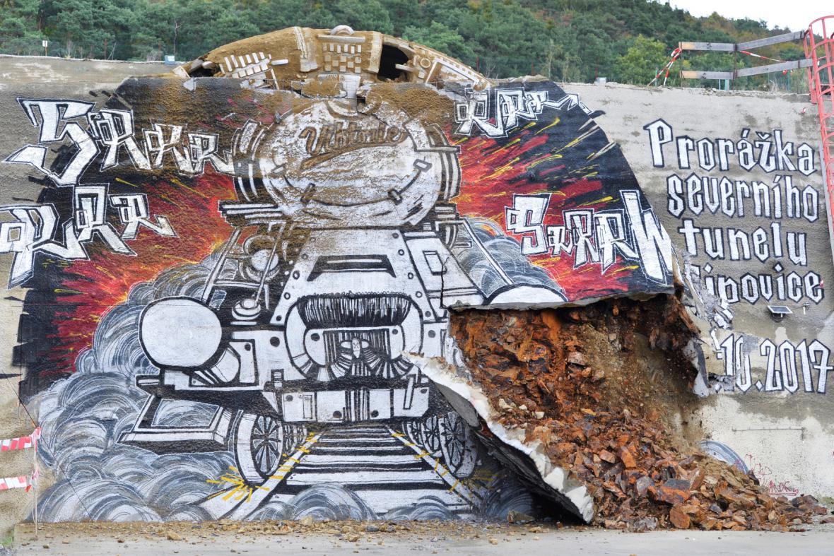 Obří řezný štít se prokousal graffiti malbou.