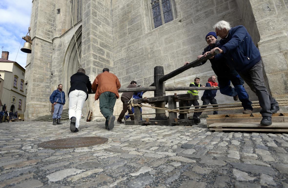 Zdvihání zvonu v Kutné Hoře