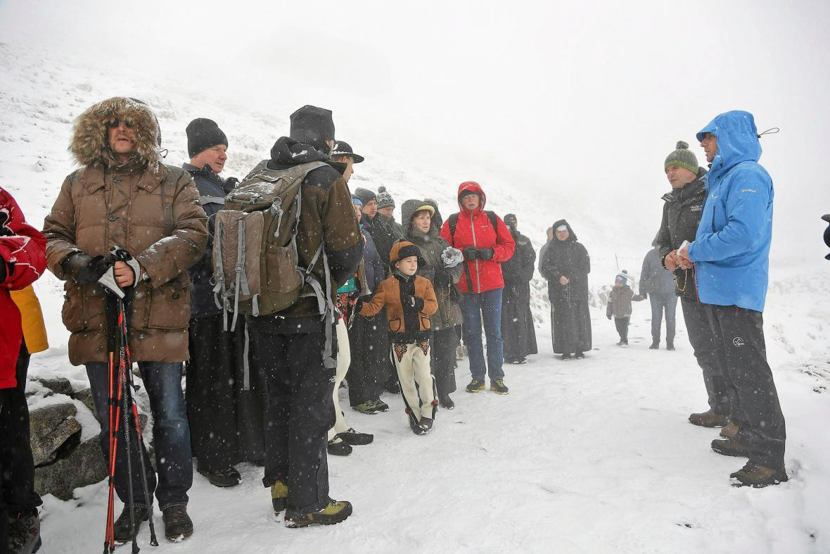 Účastníci modlitby v Tatrách (Kasprowy Wierch blízko Zakopaneho)