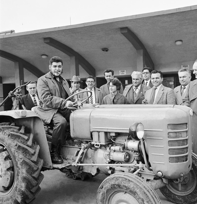 Ernesto Che Guevara v Brně jako vedoucí kubánské hospodářské delegace zkouší traktor Zetor, 1960
